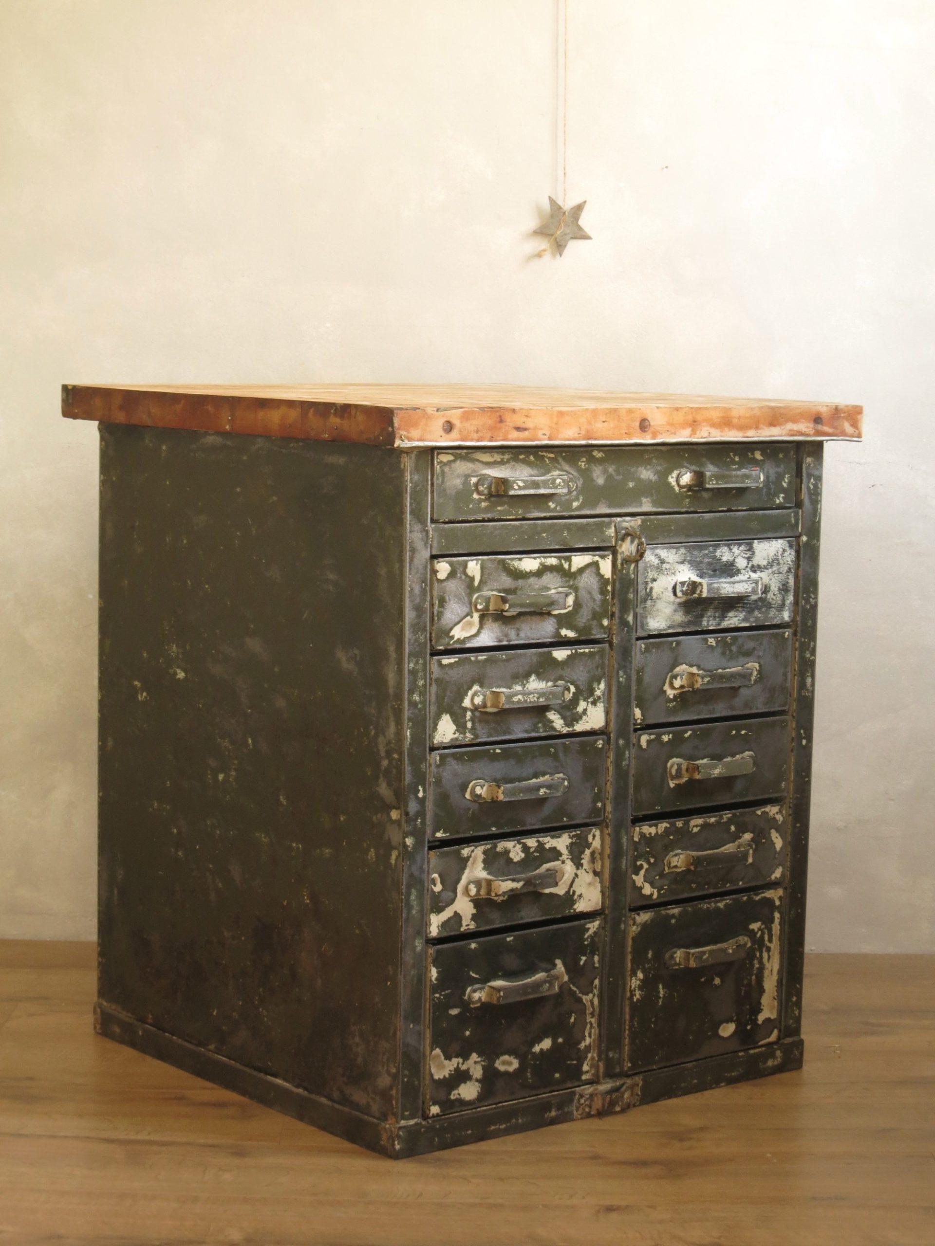 meuble d 39 atelier c 39 est vintage commodes tables et buffets vintage. Black Bedroom Furniture Sets. Home Design Ideas