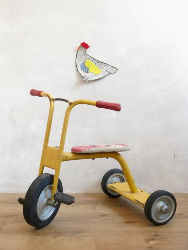 petit velo jaune ancien, tricycle vintage, selle rouge