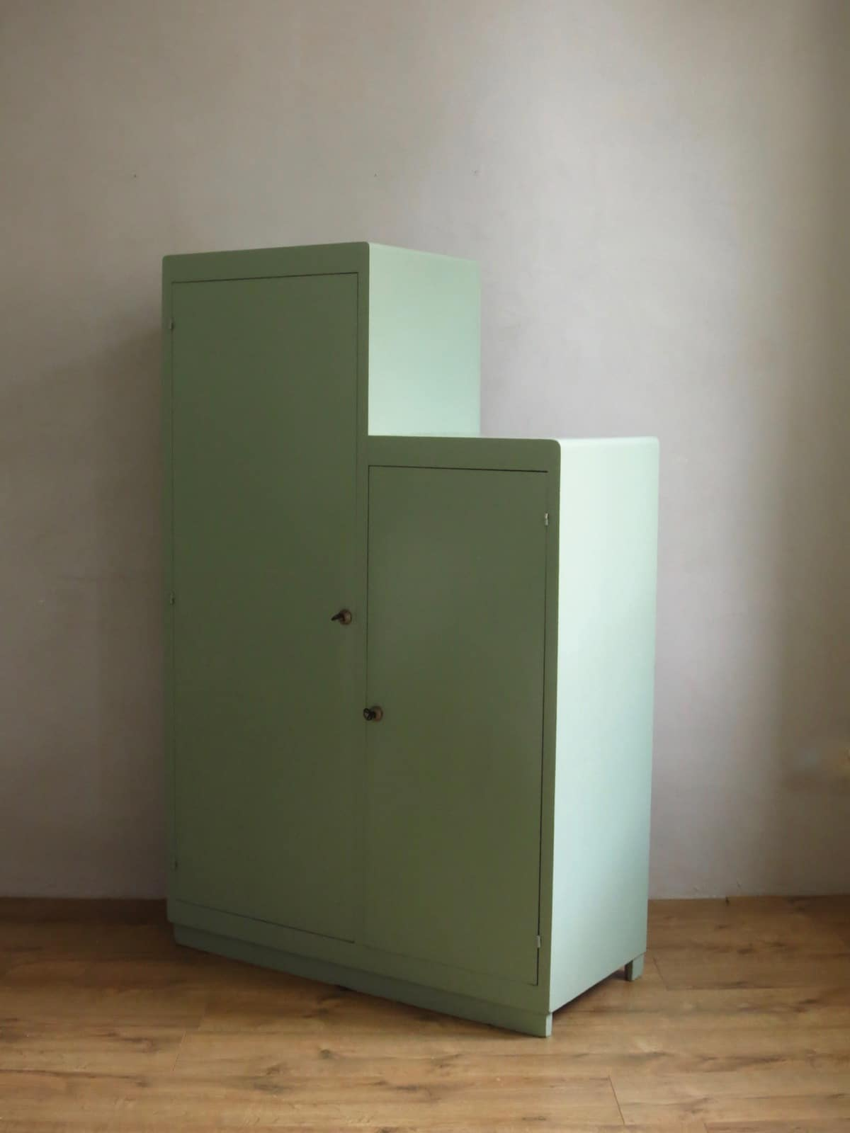 armoire escalier armoire vintage vert de gris ann es 50. Black Bedroom Furniture Sets. Home Design Ideas